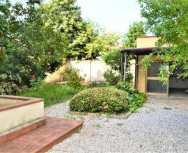 SESTO FIORENTINO-Centro villa libera su tre lati con giardino privato.