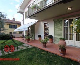 CALENZANO-VILLETTA A SCHIERA con giardino e garage.